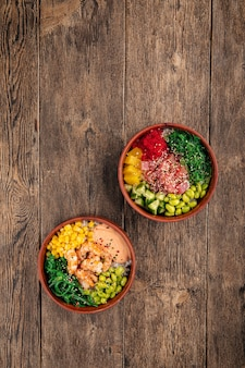 Due poke bowl hawaiane con tonno e gamberetti