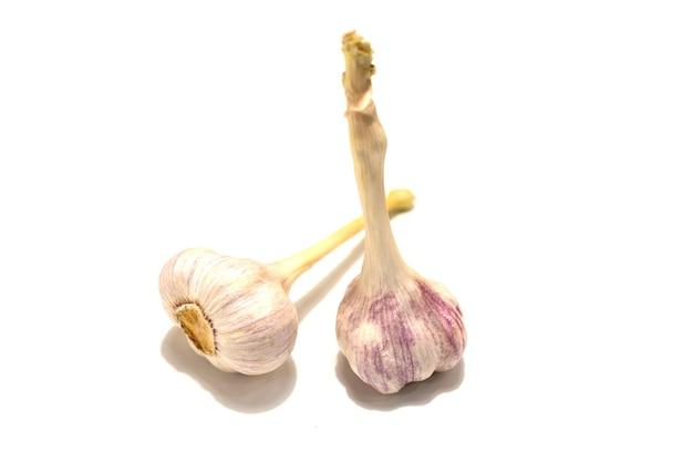 Due teste d'aglio. isolato su sfondo bianco. foto di alta qualità