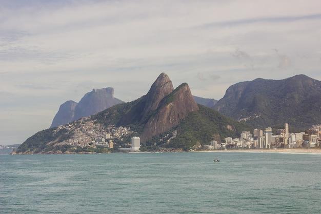 Due fratelli di collina, pietra di givea e bella pietra, vedute della spiaggia di arpoador a rio de janeiro in brasile