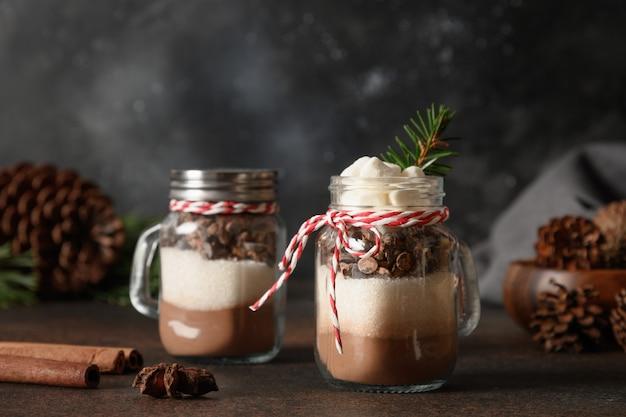 Due commestibili fatti in casa regalo di natale in vetro per fare la bevanda al cioccolato.