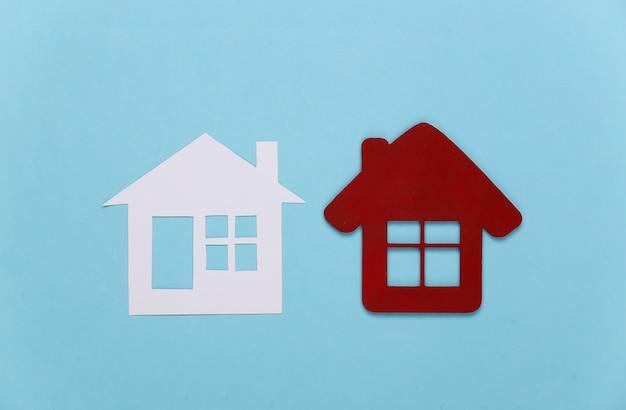 Una figura di due case sull'azzurro.