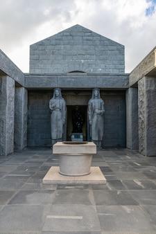 Due enormi statue di ragazze custodiscono l'ingresso del mausoleo di njegos.