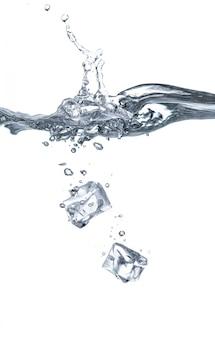 Due cubetti di ghiaccio sono caduti nell'acqua