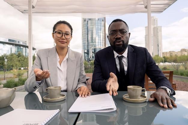 Due broker interculturali che interagiscono con il loro partner commerciale