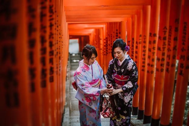 Due ragazze giapponesi che indossano abiti tradizionali kimono, momenti di stile di vita