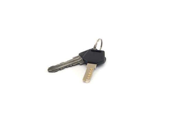 Due tasti isolati su sfondo bianco. mazzo di chiavi.