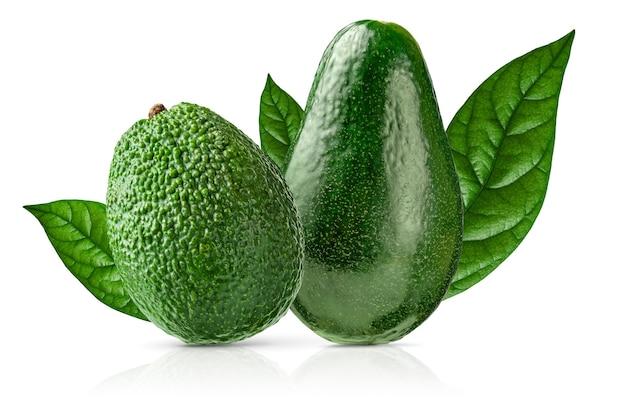 Due tipi di avocado isolati con tracciato di ritaglio su sfondo bianco. avvicinamento