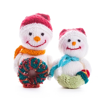 Due pupazzi di neve di natale a maglia isolati su bianco