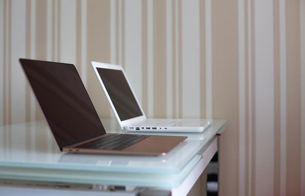 Due laptop sul tavolo della cucina. spazio di lavoro domestico per il tempo di autoisolamento