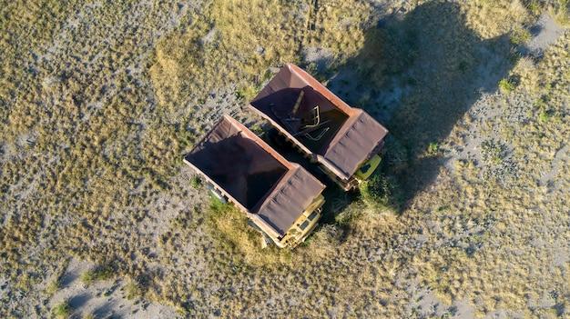 Due grandi camion minerari abbandonati. vista aerea.