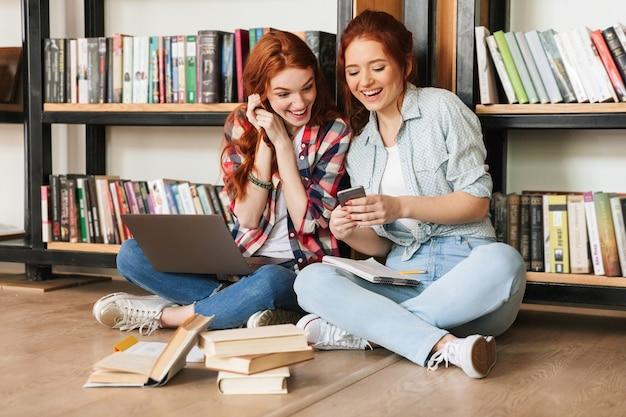 Due ragazze adolescenti ridenti