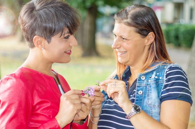 Due donne lesbiche che ridono guardandosi negli occhi. momenti felicità concept