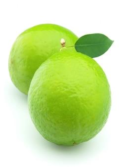 Due lime su uno sfondo bianco