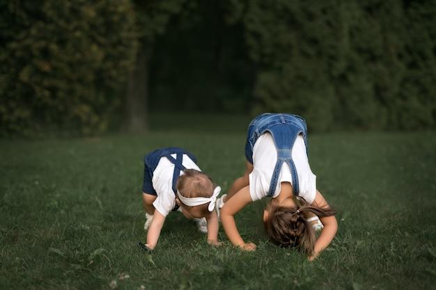 Due bambine giocano sull'erba e si divertono