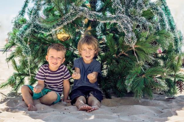 Due ragazzini a natale sulla spiaggia