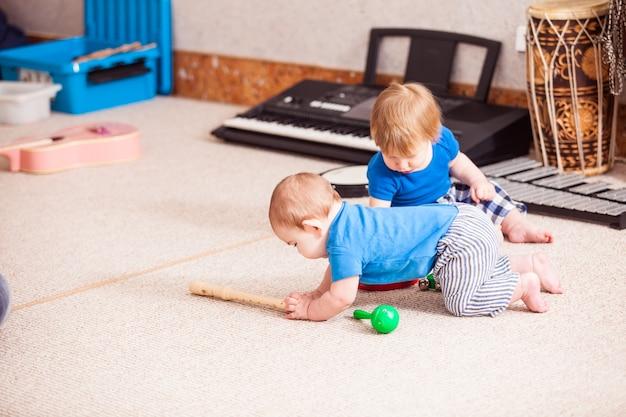 Due ragazzini che giocano con entusiasmo con vari strumenti musicali
