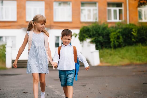 Due piccoli amici vanno a scuola. scolari. di nuovo a scuola