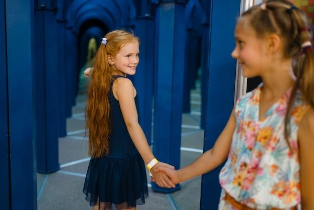 Due piccole amiche che giocano nel labirinto dei bambini, parco giochi nel centro di intrattenimento. area giochi interna, sala giochi