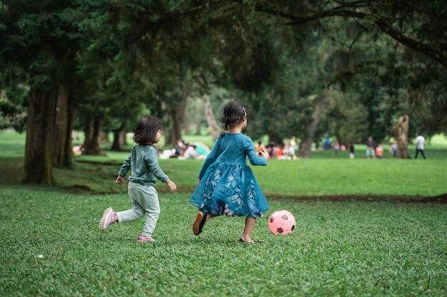 Due bambine che giocano a pallone