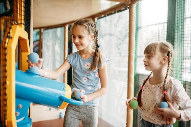 Due bambine giocano a pistola ad aria compressa nel centro del gioco