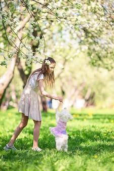 Due bambini piccoli al picnic nel parco