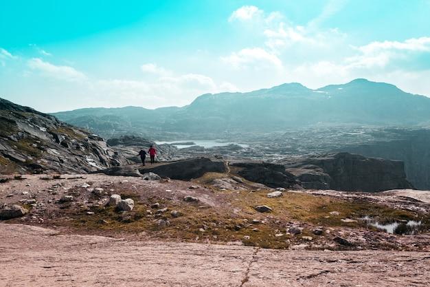 Due piccole persone sullo sfondo delle maestose montagne norvegesi