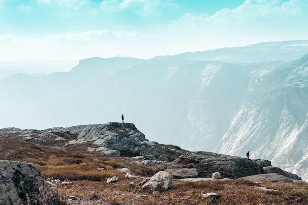 Due piccoli personaggi contro le maestose montagne norvegesi