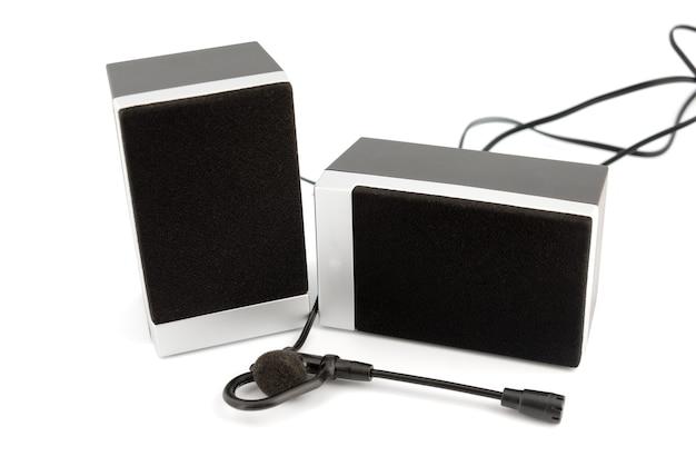 Due scatole di altoparlanti isolate su sfondo bianco.