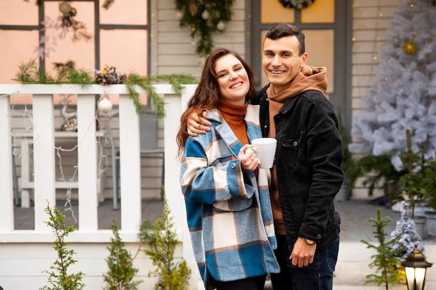 Due amanti si abbracciano nel giorno di san valentino