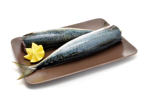Due filetti di pesce dello sgombro sulla zolla marrone