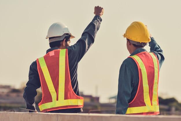 Successo di lavoro di due ingegnere maschio Foto Premium