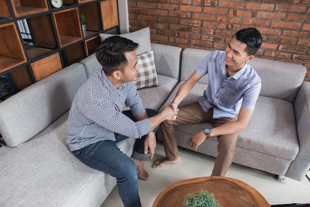 Concetto di stretta di mano di due maschi