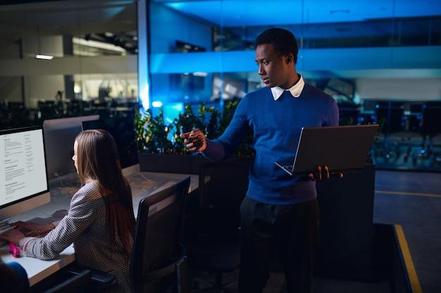 Due manager lavorano nell'ufficio notturno