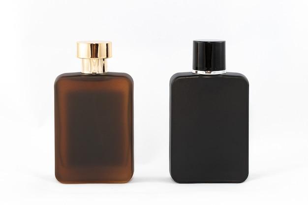 Due bottiglie opache di profumo per uomo su sfondo bianco