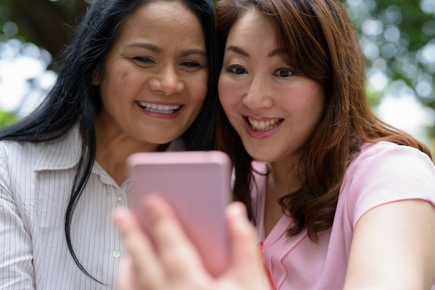 Due donne asiatiche mature insieme fuori dal centro commerciale nella città di bangkok