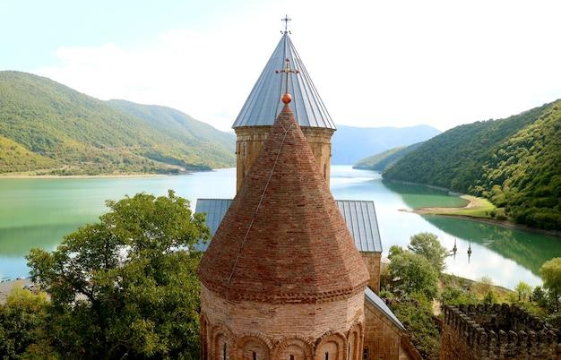 Due chiese medievali sulla sponda del fiume aragvi all'interno del complesso del castello di ananuri, georgia