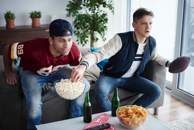 Due uomini in attesa di punteggio