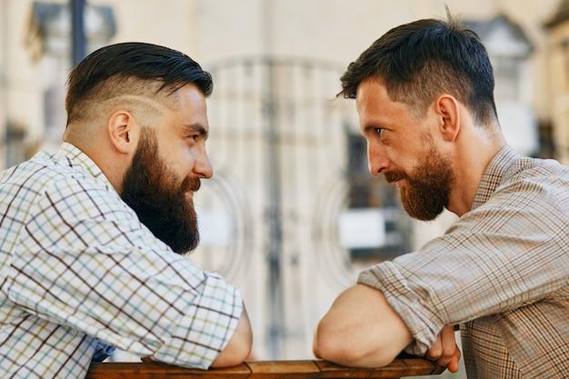 Due uomini comunicano con le loro opinioni al tavolo