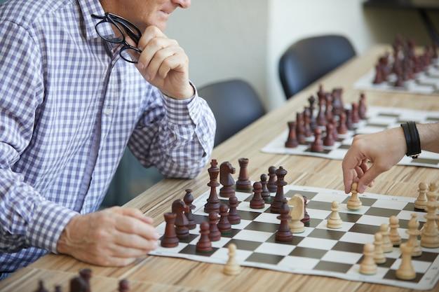 Due uomini che giocano a scacchi