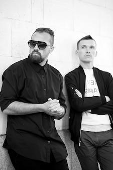 Due uomini in strada foto in bianco e nero