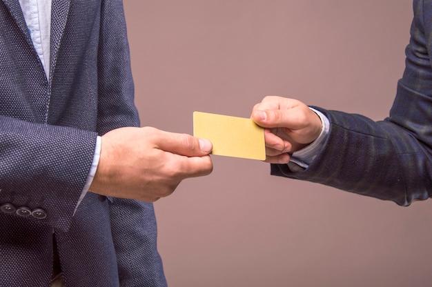 Due uomini con la carta nelle mani di