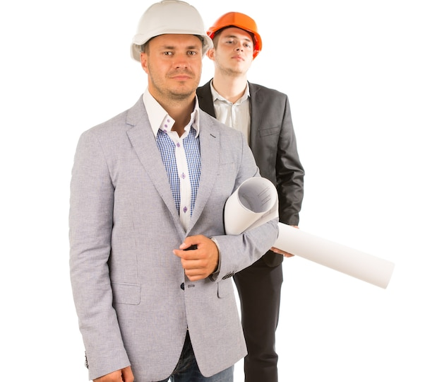 Due ingegneri maschi di mezza età che tengono progetti