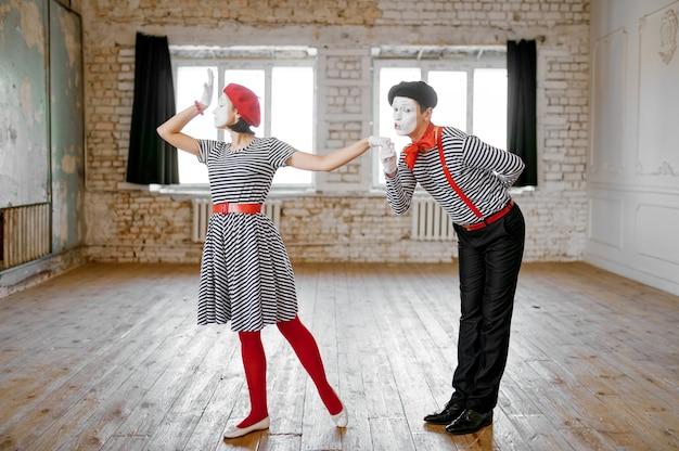 Due mimi, scena parodia di coppia d'amore, commedia