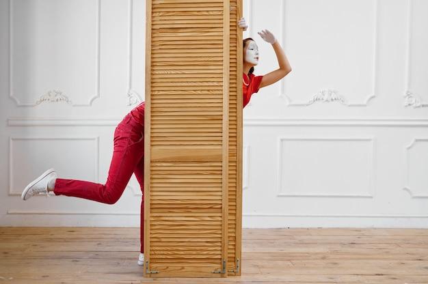 Due mimi, scena con tramezzo in legno