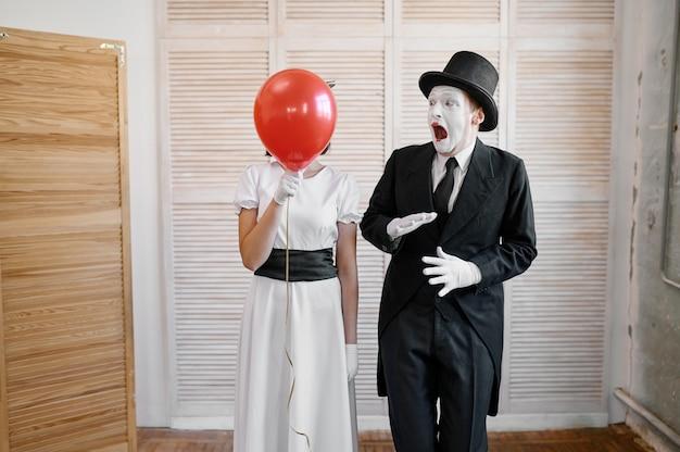 Due mimi con mongolfiera, parodia comica