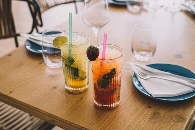 Due cocktail mojito a base di rum invecchiato alla menta e frutti diversi