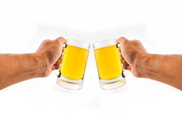 Due boccale di birra in mano su sfondo bianco