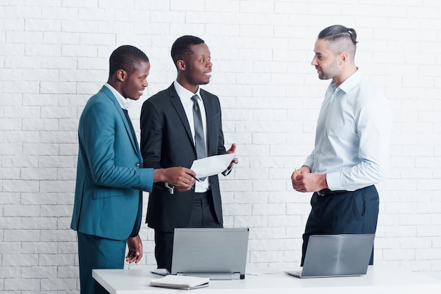 Due nuovi dipendenti dall'estero si incontrano con il principale manager per la firma dei documenti