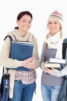 Due bei studenti con libri alla ricerca