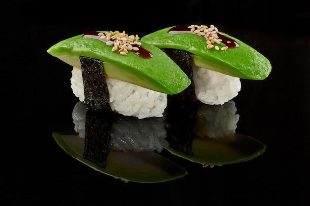 Due nigirizushi con salsa unagi di avocado e sesamo